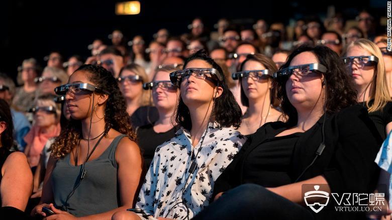 英国皇家国家剧院为听障者提供AR字幕眼镜服务项目