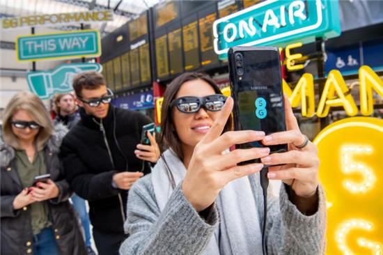 上班途中看AR演唱会,英国运营商EE联合三星、Nreal带来全球首场5G多地AR直播
