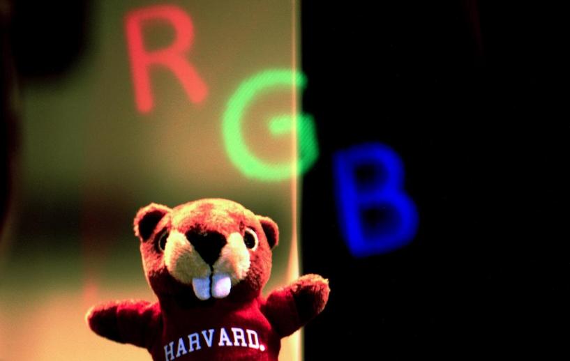 哈佛研究人员为VR/AR研发超透镜:2毫米大小,可无畸变聚焦RGB颜色