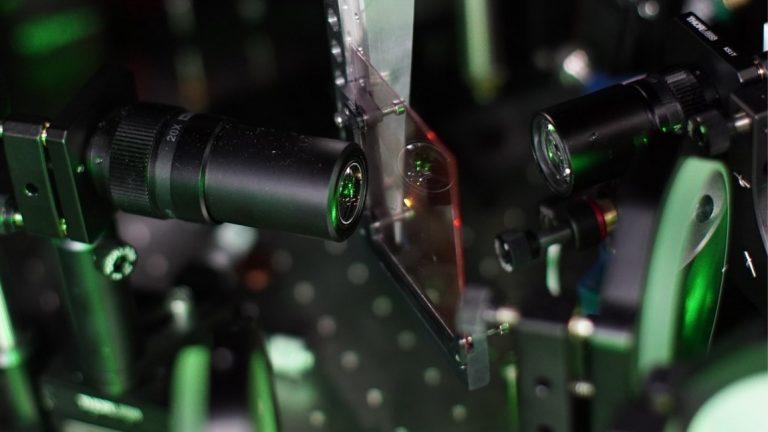 Facebook展示紧凑型全息透镜设计与制造方法,可减少畸变、优化衍射效率