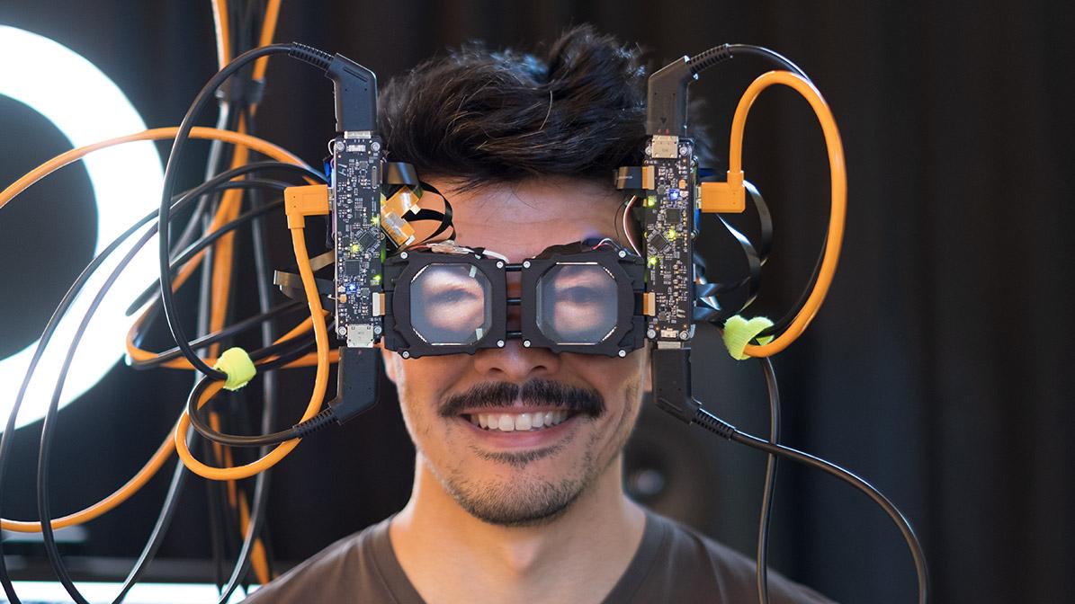 FRL研究人员展示新VR头显原型,可从头显外部与佩戴者实现眼神交流