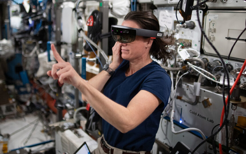 NASA开发AR工具用微软HoloLens协助宇航员维护空间站设备